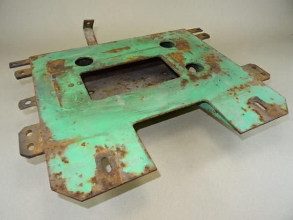 Werkzeugkiste mit Unterbau Tank vom Fahr D130 H Traktor